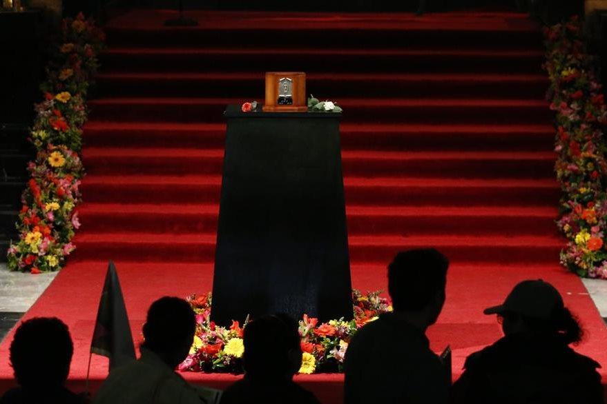 Durante dos días los restos del Divo de Juárez permanecieron en Palacio de Bellas Artes.(Foto Prensa Libre AP)