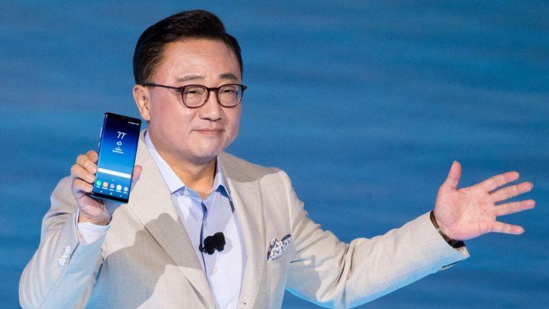DJ Koh presentó este miércoles en Nueva York el nuevo Galaxy Note 8 de Samsung. GETTY IMAGES