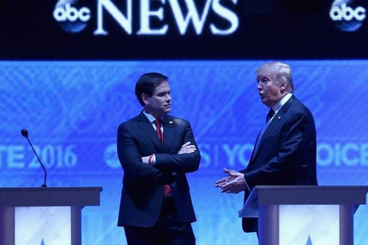 Marco Rubio (izq.) conversa con Donald Trump durante el debate presidencial republicano en New Hampshire. (Foto Prensa Libre: AFP).