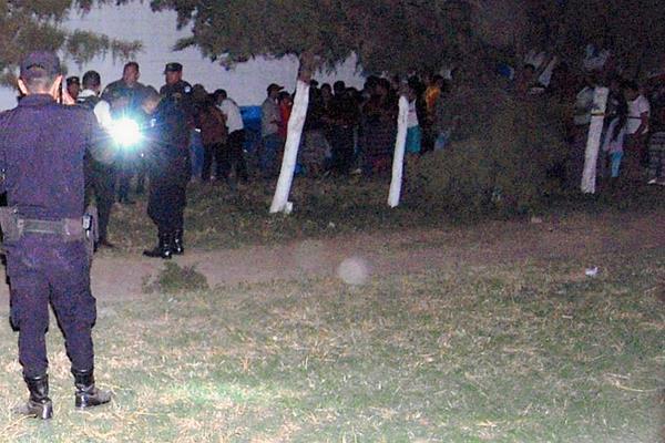 Agentes de  la PNC recogen evidencias en donde fueron atacados a balazos dos hombres, en el km 55.5 de la ruta que  de Chimaltenango conduce al balneario Los Aposentos. (Foto Prensa Libre: Renato Melgar)