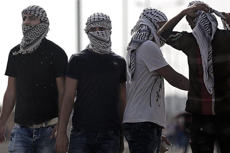 Palestinos con la cara cubierta se enfrentan a fuerzas israelíes. (Foto Prensa Libre: EFE).