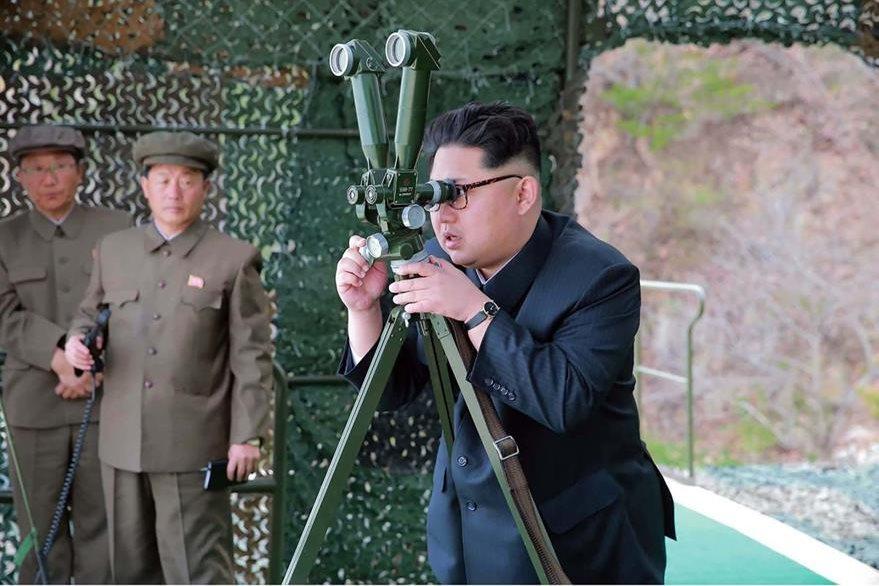 Kim Jong-Un, presidente de Corea del Norte, observa disparo de misil. (AFP)