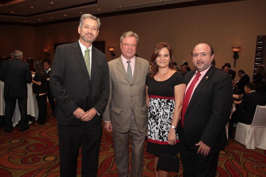Andreas Lehnhoff, ministro de Ambiente; Matthias Sonn, embajador de Alemania en Guatemala; Maryrene de Malouf y Antonio Malouf.  (Foto Prensa Libre: Edwin castro)