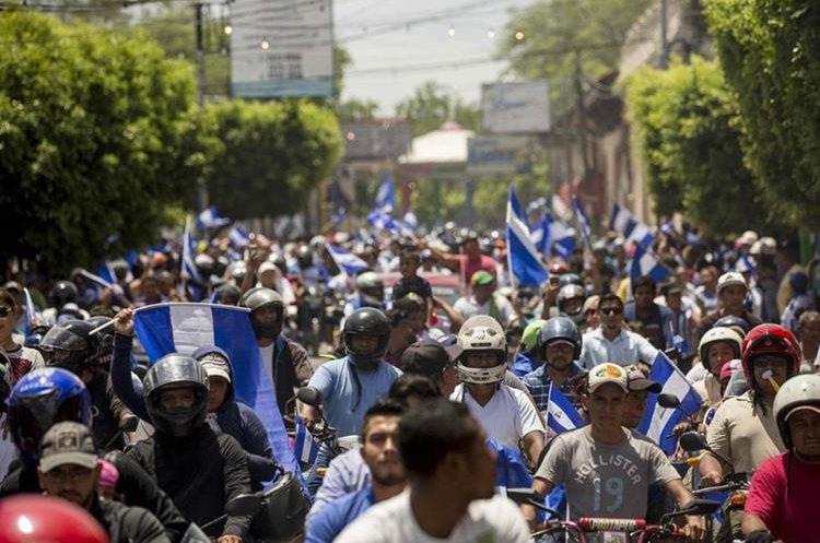 Masiva participación de personas a bordo de autos, motos, camionetas y furgonetas marcharon desde Managua hacia el departamento de Masaya. (EFE).