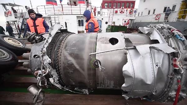 Piezas del avión militar Tu-154 que se estrelló en el Mar Negro.(AFP).