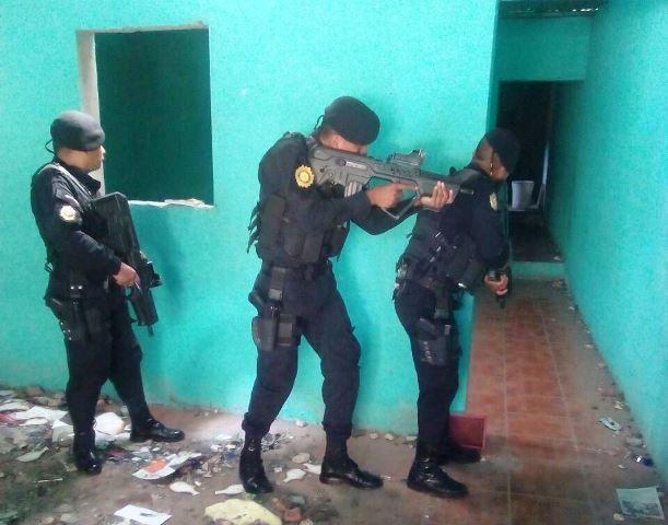 Policías en allanamiento en vivienda abandonada en zona 12. (Foto Prensa Libre: PNC)