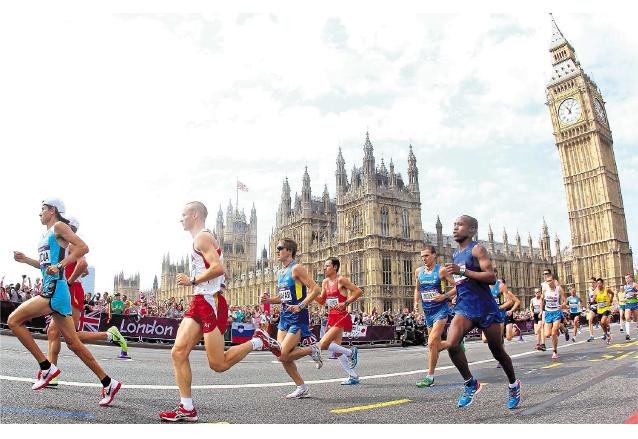 Grupo de maratonistas a su paso por el Palacio de Buckingham  en Londres. (Foto: Hemeroteca PL)