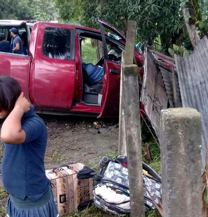 Una de las personas murió en la cabina del picop.(Foto Prensa Libre: Dony Stewart)