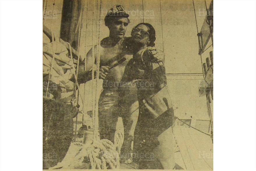 28/06/1965 El famoso actor abraza a una dama quien lo acompañaba en la travesía. (Foto: Hemeroteca PL)