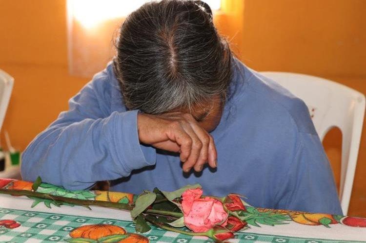 A pesar de las actividades, algunas madres lloraron al estar abandonadas por sus hijos.(Prensa Libre: Whitmer Barrera)