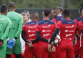 El entrenador de la selección de Panamá, el colombiano Hernán Darío Gómez habla con sus jugadores durante un entrenamiento tras la victoria ante Bolivia. (Foto Prensa Libre: EFE)