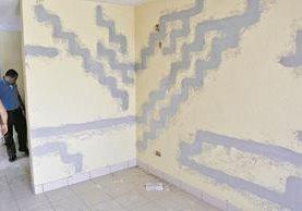 Interior de una vivienda de residenciales Jardines del Norte, zona 18, en la que se han producido grietas. (Foto Prensa Libre: Hemeroteca PL)