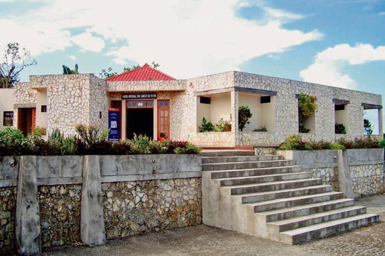 Fachada del Museo Regional del Sureste de Petén, Dolores, donde trabajadores hacen guardia para evitar que saqueadores roben piezas. (Foto Prensa Libre: Walfredo Walfredo Obando)