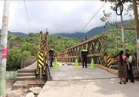 Agentes de PMT restringen el paso sobre el puente Bailey en Sacapulas, Quiché. (Foto Prensa Libre: Héctor Cordero)