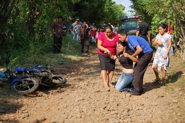 """<p>Familiares lamentan la muerte violenta de dos amigos, en Génova, zona costera de Quetzaltenango. (FOTO PRENSA LIBRE: Alexander Coyoy)<br _mce_bogus=""""1""""></p>"""