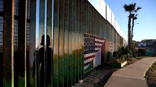 """La promesa de Donald Trump de construir un """"gran muro"""" entre México y Estados Unidos ha empeorado la relación entre ambos países. GETTY IMAGES"""