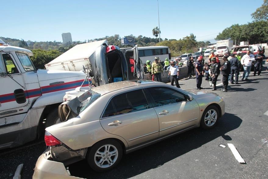 El accidente bloqueó totalmente el paso en el lugar. (Foto Prens Libre: Érick Ávila)