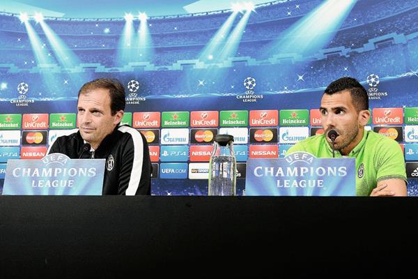El entrenador Massimiliano Allegri, —izq— junto a r Carlos Tevez (Foto Prensa Libre: AP)