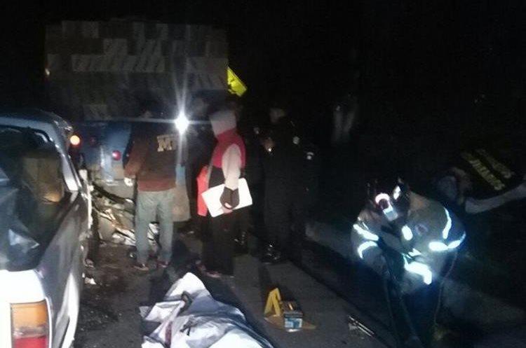 La mujer murió en el lugar del percance por poitraumatisno general. (Foto Prensa Libre: Ángel Julajuj)