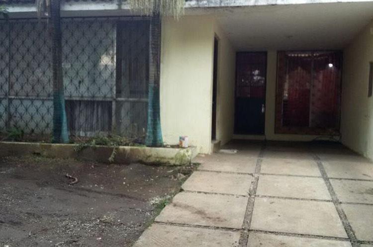 Ingreso a una casa donde funcionaba un prostíbulo. (Foto Prensa Libre: Ministerio Público).