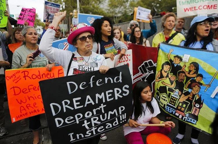 Activistas de inmigración protestan contra el fin al programa Daca en Newark, Nueva Jersey. (AFP).