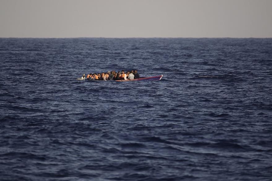 Las rústicas embarcaciones hacen riesgosa la travesía por el Mediterráneo. (Foto Prensa Libre: AP)