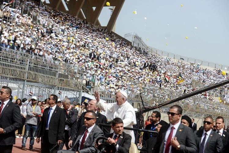 Multitud acude a misa papal en Egipto. (Foto Prensa Libre: EFE)