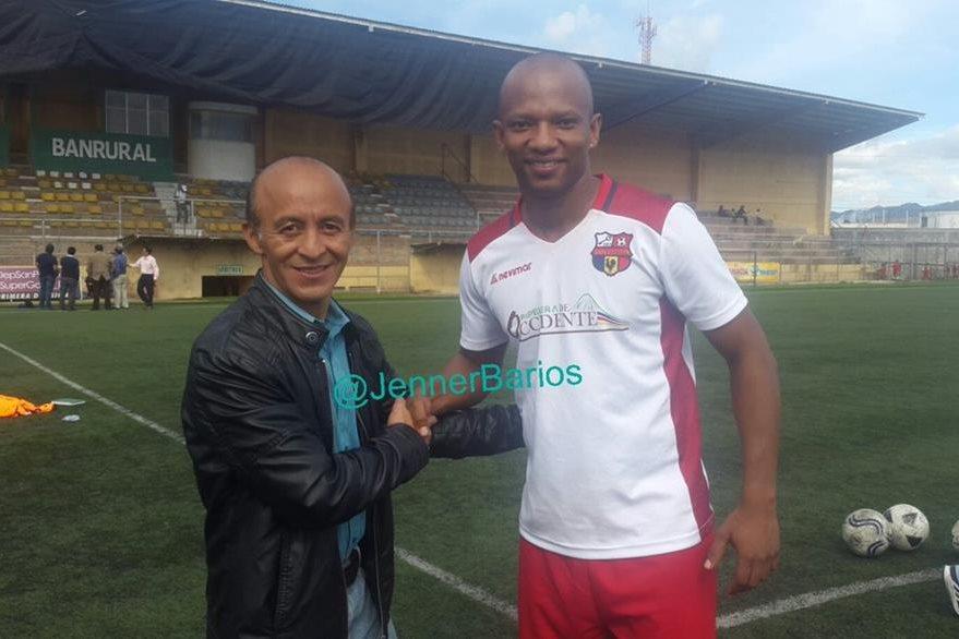 El colombiano Cardona Delgado posa junto a un directivo del equipo shecano. (Foto Prensa Libre: Genner Barrios)