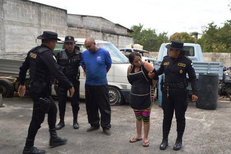 Los dos capturados señalados de incitar a la violencia. (Foto Prensa Libre: Mario Morales).
