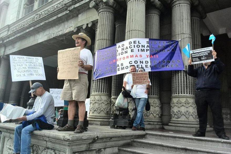 Guatemaltecos protestan frente al Palacio Nacional de la Cultura. (Foto Prensa Libre: Estuardo Paredes)