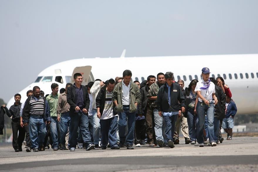 Las deportaciones por la vía aerea disminuyeron, pero las terrestres reportan aumento. (Foto Prensa Libre: Hemeroteca PL)