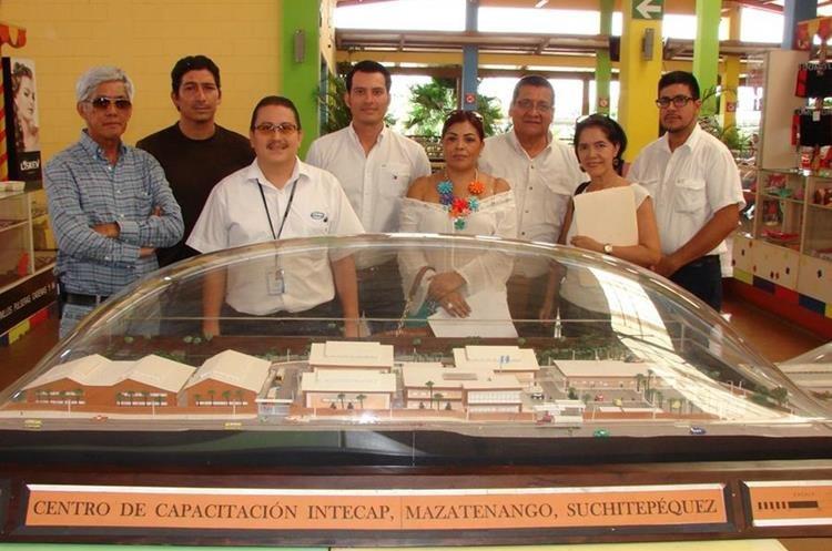Personal del Intecap, durante la presentación de la maqueta del edificio. (Foto Prensa Libre: Christian Icó)