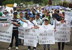 Trabajadores de minera San Rafael manifestaron para pedir que se mantenga concesión, en tanto otros pobladores de Santa Rosa exigen que se cierre la mina por rechazo popular. (Foto Prensa Libre: Hemeroteca PL)