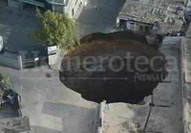 Vista aérea del agujero formado por el hundimiento en el Barrio San Antonio zona 6. (Foto: Hemeroteca PL)