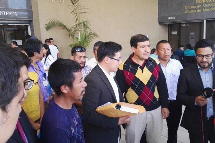 Representantes de Acción Ciudadana y vecinos de San Raymundo presentan la denuncia contra en el Ministerio Público. (Foto Prensa Libre: Glenda Sánchez)