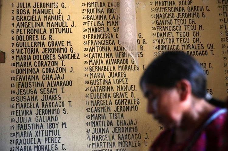Una mujer reza frente a la lista de nombres de las víctimas, en la capilla católica de la aldea Plan de Sánchez, construida sobre los restos de 268 personas masacradas en 1982.(Foto Prensa Libre: EFE)