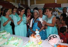 María Antonieta Villatoro Martínez celebra sus 100 años con su familia. (Foto Prensa Libre: Mike Castillo)