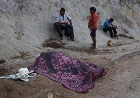 El cadáver de Ramos permanece cubierto junto a su sombrero en el lugar del ataque. (Foto Prensa Libre: Mario Morales)