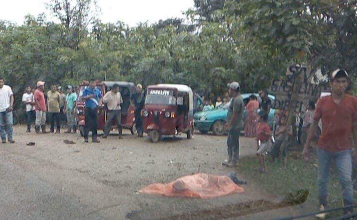 Vecinos cubrieron el cuerpo de uno de los fallecidos.(Foto Prensa Libre: Eduardo Sam)