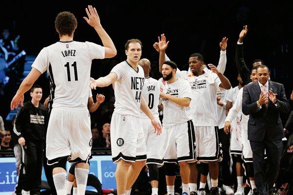 Los jugadores de Brooklyn festejaron el pase a los Playoffs en la Conferencia del Este. (Foto Prensa Libre: AP).