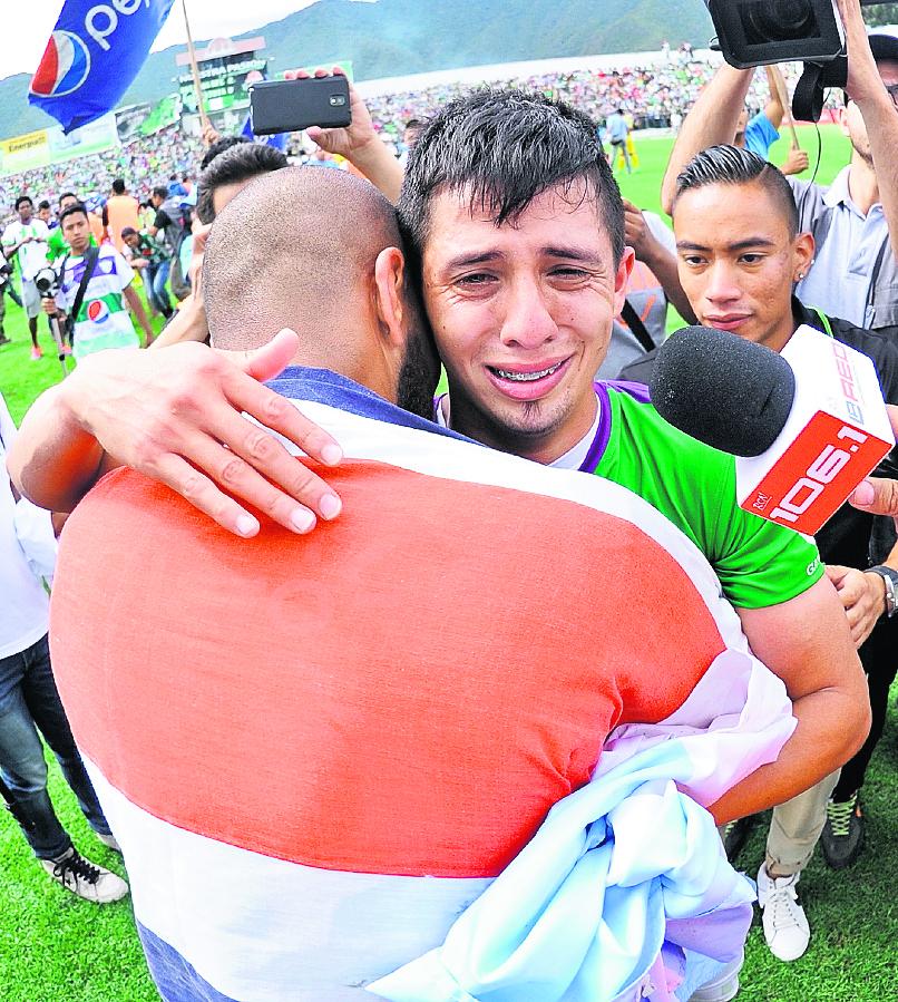 Alejandro Díaz llora de felicidad después de coronarse campeón con Antigua GFC en el Apertura 2015. (Foto Prensa Libre: Francisco Sánchez)