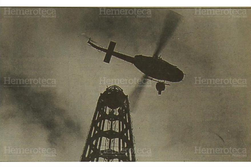 Un helicóptero de la Fuerza Aérea Guatemalteca retira de la Torre del Reformador el viejo faro, el 27/11/1994. (Foto: Hemeroteca PL)