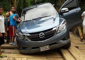 Un vehículo queda trabado entre tablones del puente que se halla a un kilómetro del sitio turístico Semuc Champey, Lanquín, Alta Verapaz. (Foto Prensa Libre: Eduardo Sam Chun)