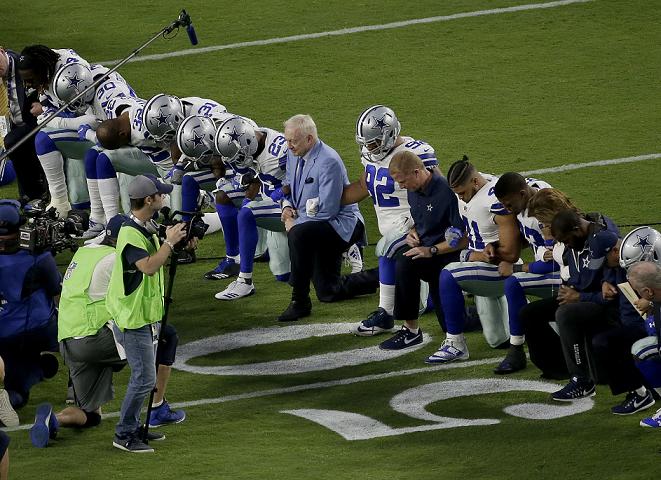 Los jugadores de la NFL continúan en protesta por las críticas del presidente de EE. UU., Donald Trump. (Foto Prensa Libre: AP)