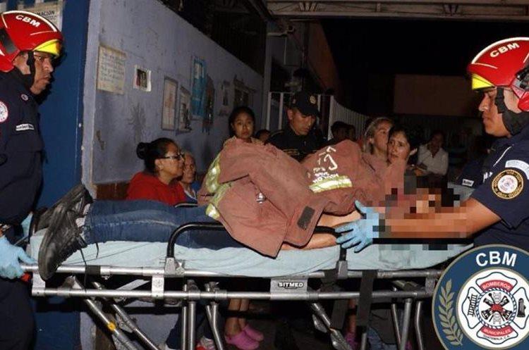 Socorristas trasladan a uno de los heridos en ataque armado. (Foto: Bomberos Municipales)