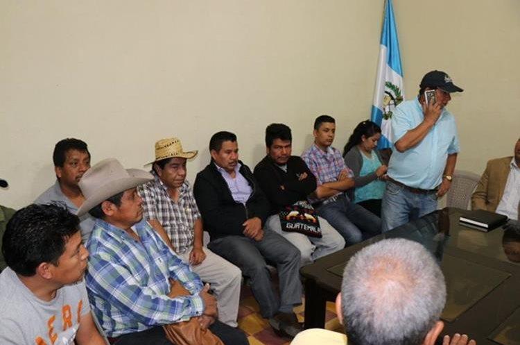 Los transportistas, durante la reunión en al que decidieron adoptar medidas de hecho. (Foto Prensa Libre: Héctor Cordero)