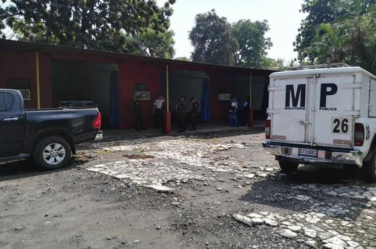 Las autoridades ordenaron el traslado del cuerpo del concejal a la morgue del Inacif de la cabecera de Escuintla, para practicarle la autopsia. (Foto Prensa Libre: Enrique Paredes)