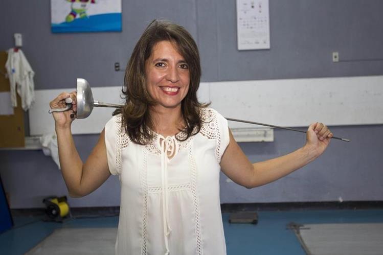 Ana Ruth Orellana posa en la sala de esgrima de la Asociación Nacional de Pentatlón Moderno. (Foto Prensa Libre: Norvin Mendoza)