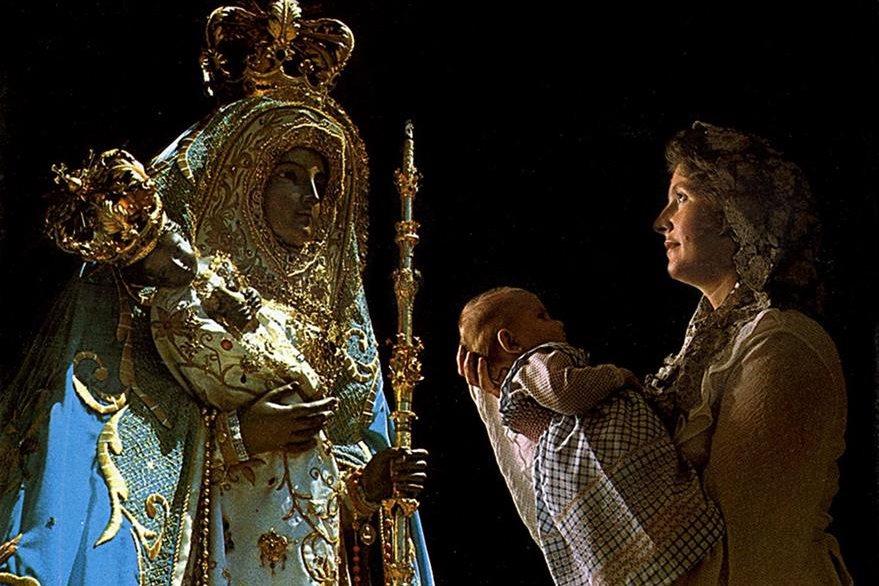 Presentación de los niños ante la imagen de la Virgen de Candelaria en Islas Canarias, España. (Foto: Hemeroteca PL)