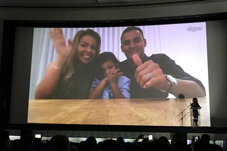 Keylor Navas y su familia saludaron a los que asistieron a la presentación del tráiler por medio de una video conferencia. (Foto Prensa Libre: Twitter Saprissa)